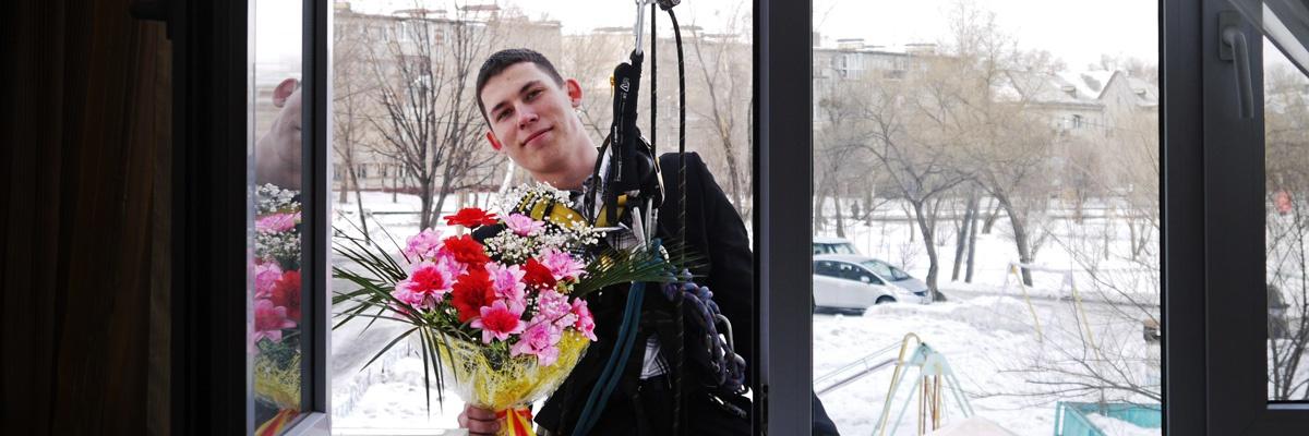 Подарки и поздравления в окно